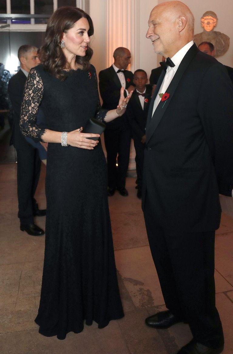 Η βασίλισσα Ελισάβετ δάνεισε στη Kate Middleton ένα υπέροχο κόσμημα ... c35f4bfa6c0