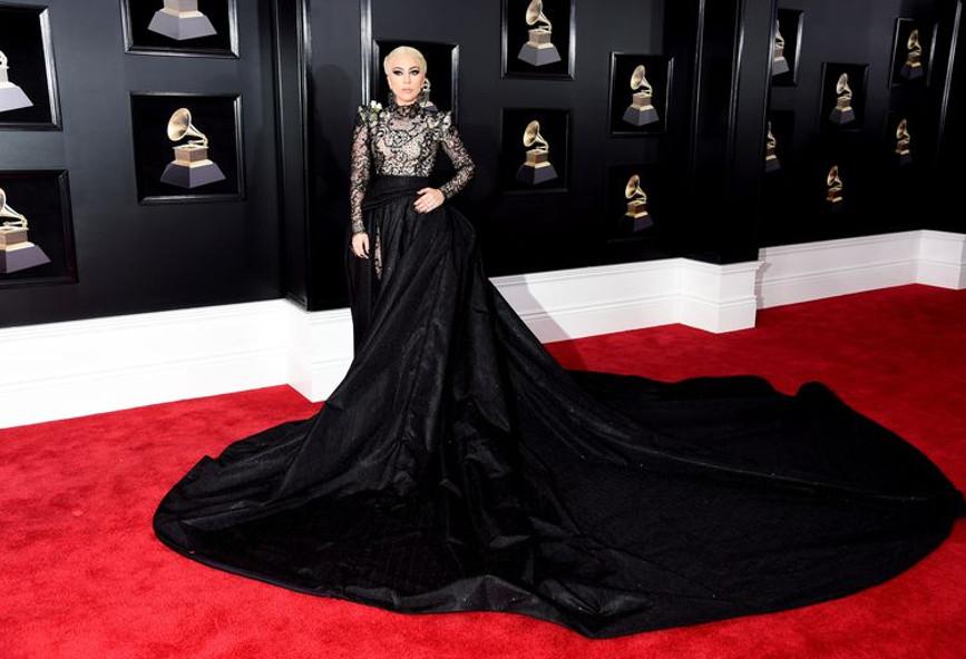 324f33197ee0 Η Lady Gaga έβαλε ένα φόρεμα με ουρά 3 μέτρων!  εικόνες