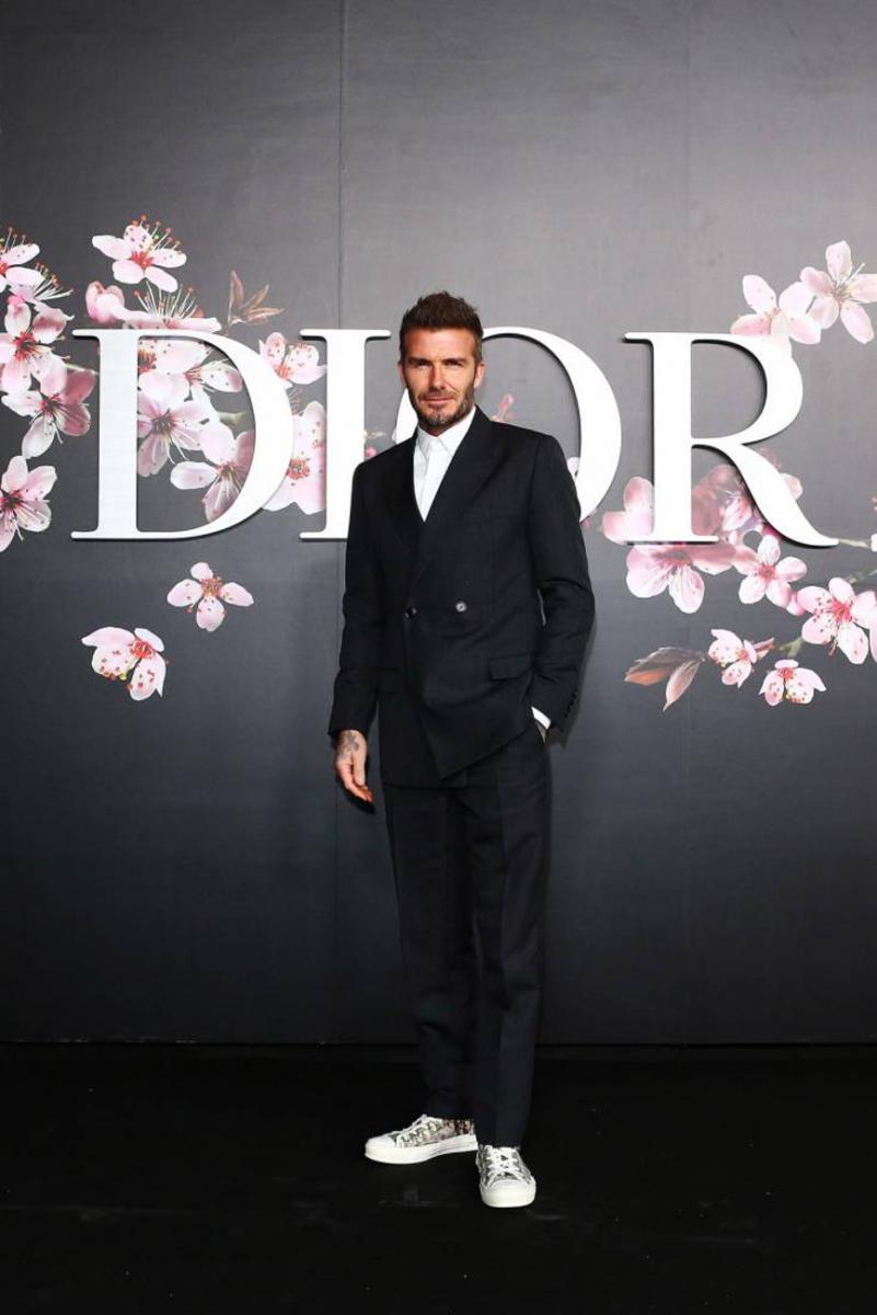 Ο Beckham δείχνει πως τα sneakers με κοστούμι φοριούνται και το ... 62d2a6a95cc
