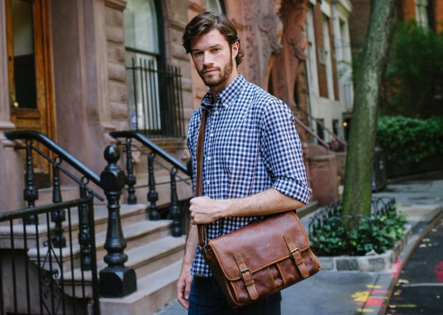 29a8381386 Δερμάτινη τσάντα ταχυδρόμου  Το αγαπημένο must-have ανδρικό αξεσουάρ ...
