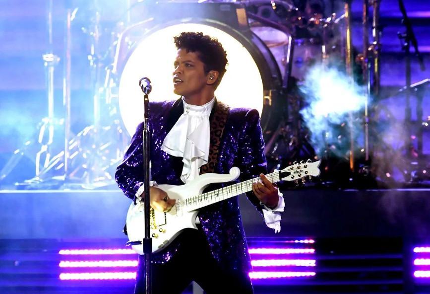 466a9be04bd8 O Bruno Mars έκανε ένα μοναδικό αφιέρωμα στον Prince  βίντεο ...