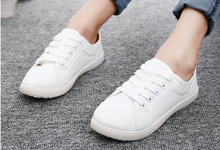 e1205c1ebe9 2 απλά τρικ για να διώξετε τις κιτρινίλες από τα παπούτσια σας ...