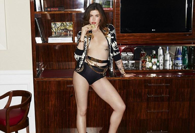 H κόρη της Kim Basinger κάνει μία ακόμη σέξι φωτογράφηση [εικόνες] - Κεντρική Εικόνα