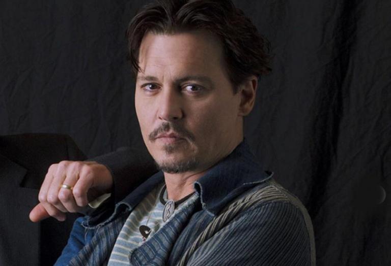 O Johnny Depp φιλά στο στόμα μια άγνωστη ξανθιά και προκαλεί χαμό  - Κεντρική Εικόνα