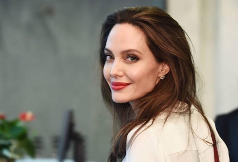 Οργιάζουν οι φήμες πως η Jolie είναι ζευγάρι με πασίγνωστο τραγουδιστή - Κεντρική Εικόνα