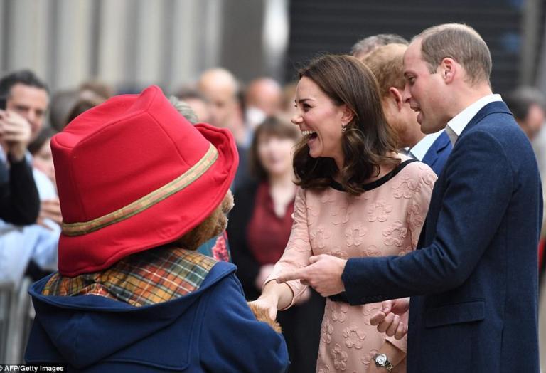 Η εγκυμονούσα Kate Middleton χορεύει στο μετρό με την αρκούδα Paddington - Κεντρική Εικόνα