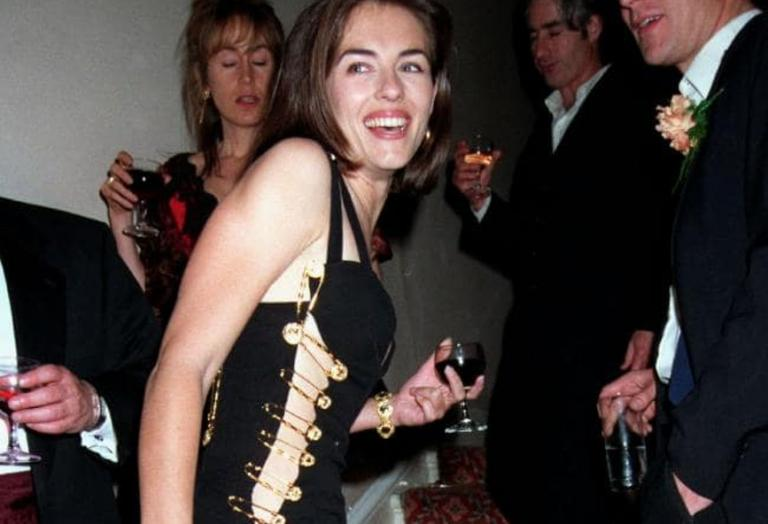 Μετά από 25 χρόνια η Elizabeth Hurley φόρεσε ξανά αυτό το σέξι φόρεμα [εικόνες] - Κεντρική Εικόνα