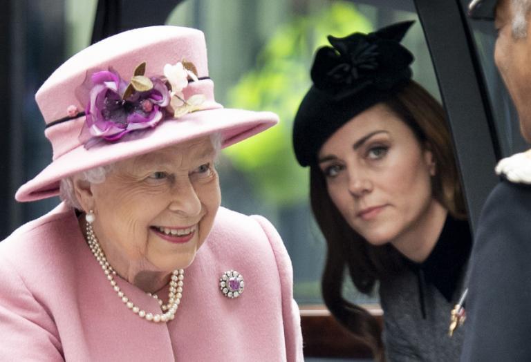 H βασίλισσα Ελισάβετ συχνά επιπλήττει γραπτώς την Kate Middleton  - Κεντρική Εικόνα