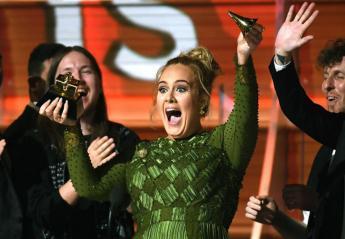Γιατί η Adele έσπασε το βραβείο Grammy της σε δύο κομμάτια; [βίντεο] - Κεντρική Εικόνα