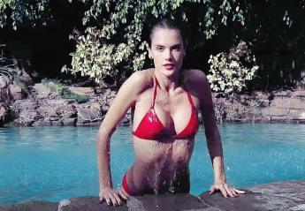 H Alessandra Ambrosio μιμείται μια σέξι σκηνή από μια ταινία των 80s [βίντεο] - Κεντρική Εικόνα