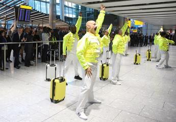 Εργαζόμενοι στο αεροδρόμιο Heathrow ντύθηκαν Freddie Mercury [βίντεο] - Κεντρική Εικόνα