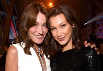 H Carla Bruni πόζαρε μαζί με τη Bella Hadid και μοιάζουν σαν αδελφές [εικόνες] - Κεντρική Εικόνα