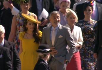Οι Clooneys ήταν όλο χαμόγελα μόλις έφτασαν στον πριγκιπικό γάμο [βίντεο] - Κεντρική Εικόνα