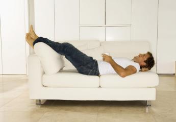 6 ασκήσεις για να κάνεις κοιλιακούς ακόμα και όταν κάθεσαι στον καναπέ - Κεντρική Εικόνα
