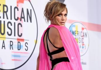 H Jennifer Lopez έβαλε το πιο σέξι ροζ φόρεμα στα βραβεία ΑΜΑs [εικόνες] - Κεντρική Εικόνα
