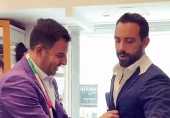 Μέχρι που πρέπει να φτάνει ο μανίκι στο κοστούμι; Ο Τανιμανίδης πήρε την απάντηση  - Κεντρική Εικόνα
