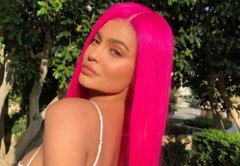 H Kylie Jenner δεν είναι μια απλή μαμά, αλλά... cool μαμά με φούξια μαλλιά - Κεντρική Εικόνα