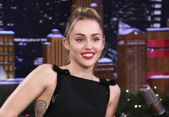 H Miley Cyrus απάντησε στη φήμη πως είναι έγκυος με ένα αβγό [εικόνα] - Κεντρική Εικόνα