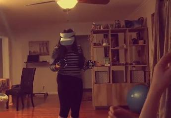 Γυναίκα δοκιμάζει μια μάσκα VR και το ατύχημά της έγινε viral [βίντεο] - Κεντρική Εικόνα