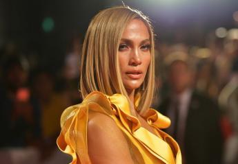 H JLo... θάμπωσε τους πάντες με το χρυσό φόρεμά της στο TIFF [εικόνες] - Κεντρική Εικόνα