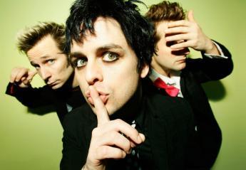 Oι Green Day ανεβάζουν φαν στη σκηνή και αυτός τα... σπάει [βίντεο] - Κεντρική Εικόνα