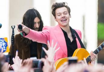O Harry Styles φόρεσε το πιο hot fashion trend: το ροζ σακάκι [εικόνες] - Κεντρική Εικόνα