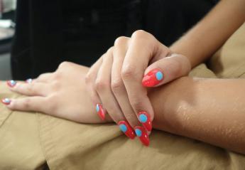 Minimal Dot Nails: Αυτό είναι... με τη βούλα, το χοτ μανικιούρ του καλοκαιριού  - Κεντρική Εικόνα
