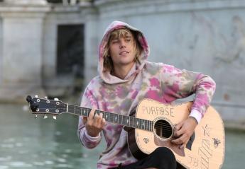 O Justin Bieber θυμήθηκε τα παλιά και τραγούδησε στο δρόμο έξω από το Μπάκιγχαμ - Κεντρική Εικόνα