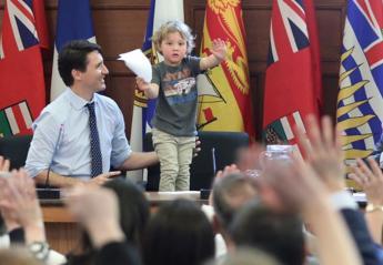 O πρωθυπουργός του Κάναδα πήγε με το γιο του στο γραφείο [εικόνες] - Κεντρική Εικόνα