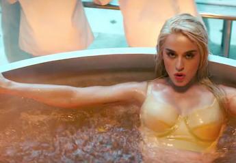 Σε αυτό το βίντεο πολλοί σεφ μαγειρεύουν την ημίγυμνη Katy Perry - Κεντρική Εικόνα