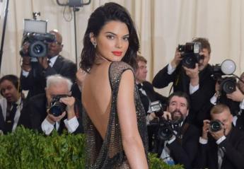 Η Kendall Jenner ποζάρει τόπλες σε εξώφυλλο περιοδικού [εικόνες & βίντεο] - Κεντρική Εικόνα