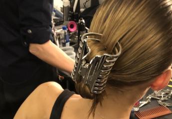 """Αυτό το """"ξεχασμένο"""" αξεσουάρ μαλλιών είναι ξανά στη μόδα - Το φόρεσε και η Bella Hadid - Κεντρική Εικόνα"""