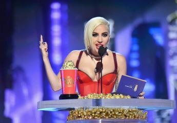 H Lady Gaga πέταξε και μια βρισιά στα βραβεία του MTV [βίντεο] - Κεντρική Εικόνα