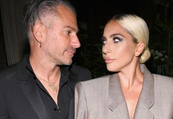 H Lady Gaga αρραβωνιάστηκε και το δαχτυλίδι της είναι τεράστιο [εικόνες] - Κεντρική Εικόνα