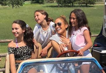 H Jennifer Lopez τα πάει μια χαρά με τις κόρες του συντρόφου της [βίντεο] - Κεντρική Εικόνα