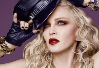H Madonna διατηρείται όμορφη με το να χτυπιέται με πιρούνια! [βίντεο] - Κεντρική Εικόνα