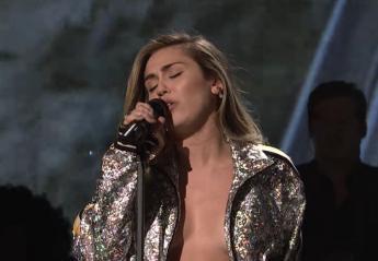 H Miley Cyrus βγήκε στην tv σχεδόν ημίγυμνη και το twitter πήρε φωτιά [βίντεο] - Κεντρική Εικόνα