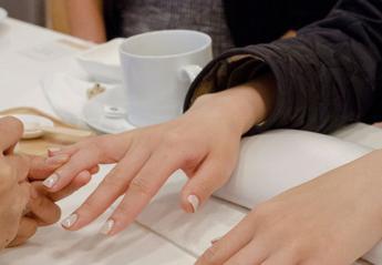 Ένα νέο hot nail trend θυμίζει γαλλικό μανικιούρ αλλά δεν είναι [εικόνες] - Κεντρική Εικόνα