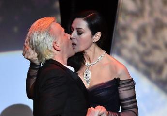 """Το """"καυτό"""" φιλί της Monica Bellucci στην τελετή έναρξης των Καννών [βίντεο] - Κεντρική Εικόνα"""