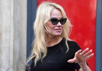 Γιατί η Pamela Anderson μπήκε μέσα σε ένα κλουβί στο Παρίσι;  - Κεντρική Εικόνα