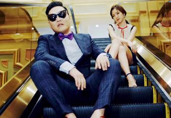 """O Psy ξαναχτυπά με δύο νέα βιντεοκλίπ που """"σαρώνουν' [βίντεο] - Κεντρική Εικόνα"""