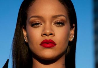 H Rihanna μας δείχνει πώς να φοράμε το νέο υγρό κραγιόν της [βίντεο] - Κεντρική Εικόνα