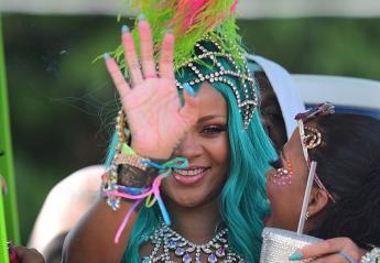 Κατηγορούν τη Rihanna πως έκανε photoshop σε μια viral πόζα της  [εικόνες] - Κεντρική Εικόνα