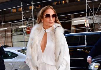 H JLo φόρεσε ένα στιλιστικά άψογο χειμωνιάτικο total white outfit [εικόνες] - Κεντρική Εικόνα