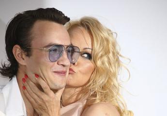 H Pamela Anderson πήγε στις Κάννες με το γιο της και δεν κρύβει τη χαρά της - Κεντρική Εικόνα