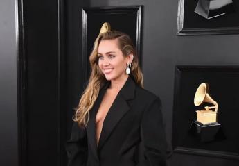 H Miley Cyrus φόρεσε 3 άκρως αποκαλυπτικά outfits στα βραβεία Grammy [εικόνες] - Κεντρική Εικόνα