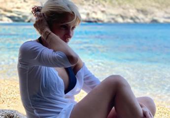 "H Ελένη Μενεγάκη κάνει βόλτες με ""γουρούνα"" στην Άνδρο [εικόνα] - Κεντρική Εικόνα"