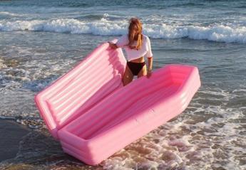 Αυτό το ροζ φουσκωτό... φέρετρο - θαλάσσης έγινε viral [εικόνες] - Κεντρική Εικόνα