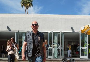 "O Jeff Bezos έβγαλε βόλτα τον ""περίεργο"" σκύλο του και έγινε viral [εικόνα] - Κεντρική Εικόνα"