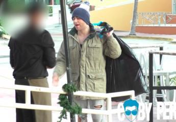 Πως φέρονται οι σερβιτόροι σε έναν άστεγο και σε έναν ζάμπλουτο; [βίντεο] - Κεντρική Εικόνα